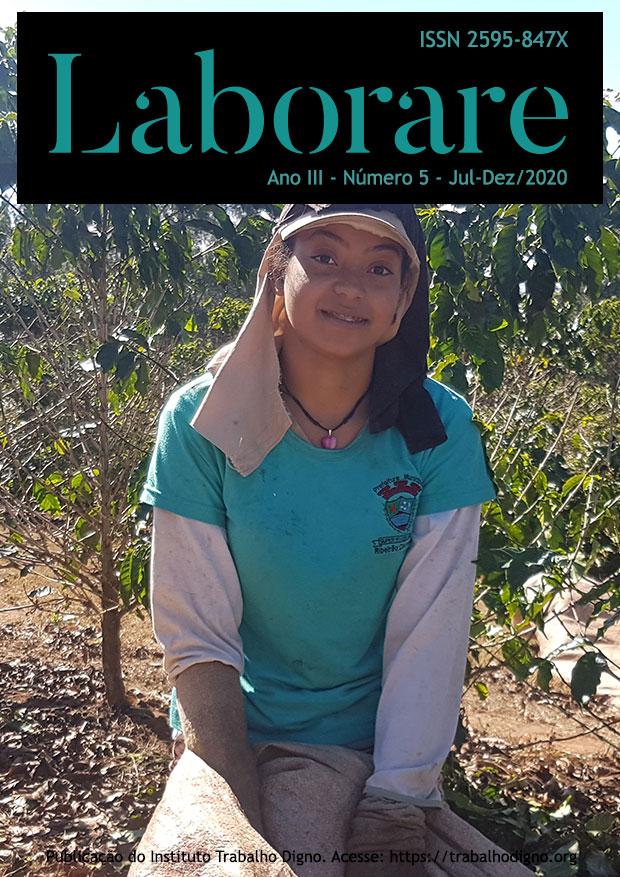 capa ano 3, número 5, 2020 - Jovem mulher catadora de café olha para a câmara